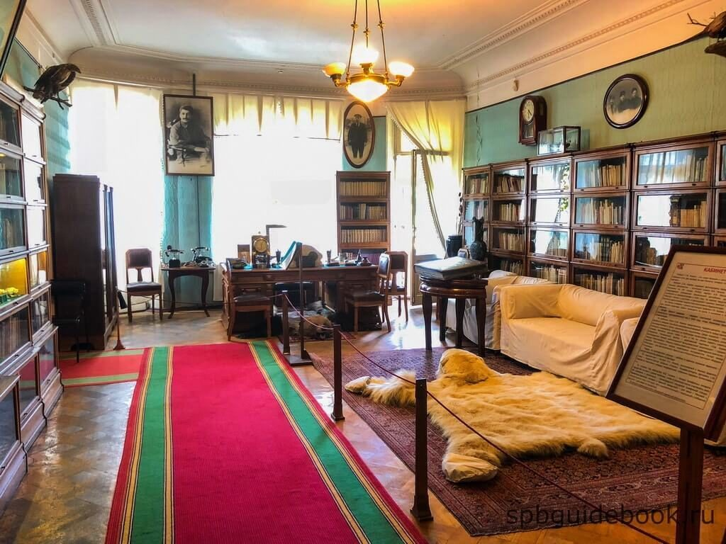 Фото кабинета-гостиной в музее Кирова в Санкт-Петербурге.
