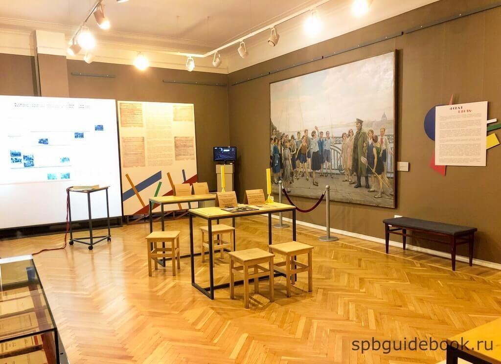"""Фото помещения на выставке """"Совершенно переделать человека..."""" в музее Кирова в Санкт-Петербурге."""