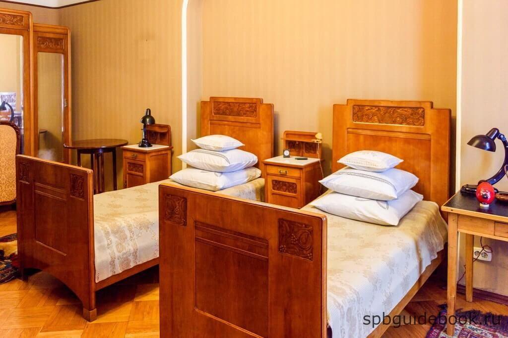 Фото спальни в музее Кирова в Санкт-Петербурге.
