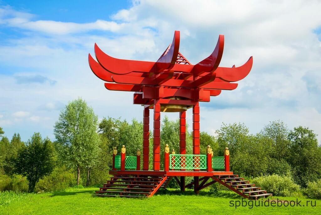 Фото Китайской беседки в усадьбе Марьино в Ленинградской области.