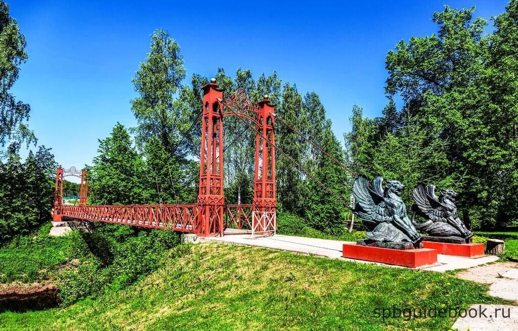 Фото моста через речку Тосна в усадьбе Марьино в Ленинградской области.