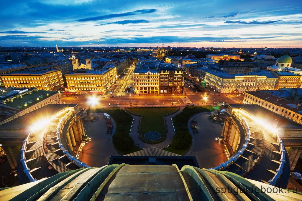 Вид с крыши Казанского собора на Невский проспект.