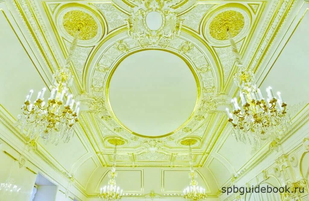 """Фото потолочной лепнины в """"Орловском"""" зале Мраморного дворца."""