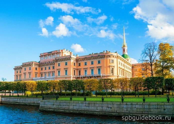 Фото Михайловского (Инженерного) замка со стороны реки Мойки в Санкт-Петербурге.
