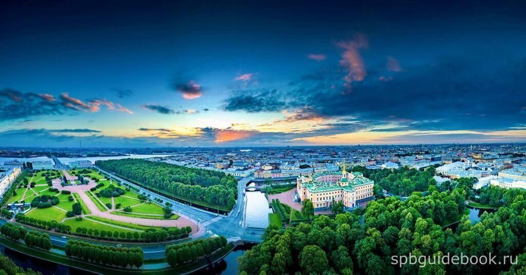 Фото Михайловского замка, Летнего сада и Марсова поля в Санкт-Петербурге. Вид сверху.