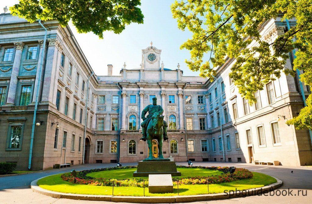 Фото фасада здания Мраморного дворца в Санкт-Петербурге.