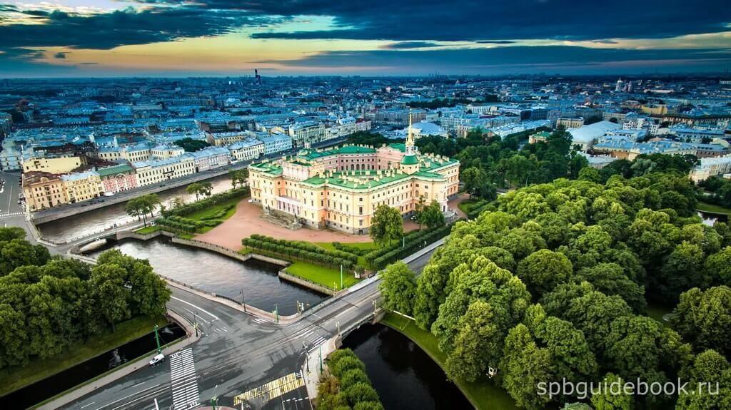 Фото Михайловского замка в Санкт-Петербурге с высоты птичьего полета.