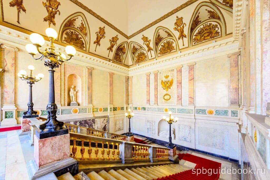 Фото парадной лестницы Михайловского (Инженерного) замка в Санкт-Петербурге.