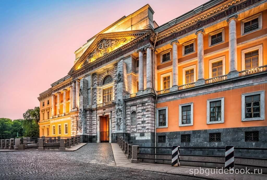 Фото южного фасада Михайловского (Инженерного) замка в Санкт-Петербурге.