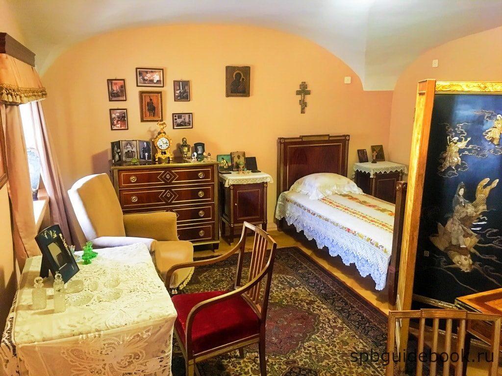 Предметы мебели из императорской спальни. Большой Гатчинский дворец.