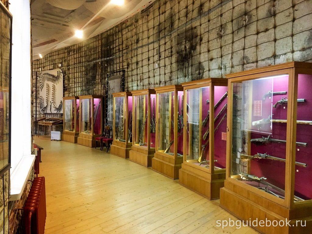 Выставка оружия в Большом Гатчинском дворце.