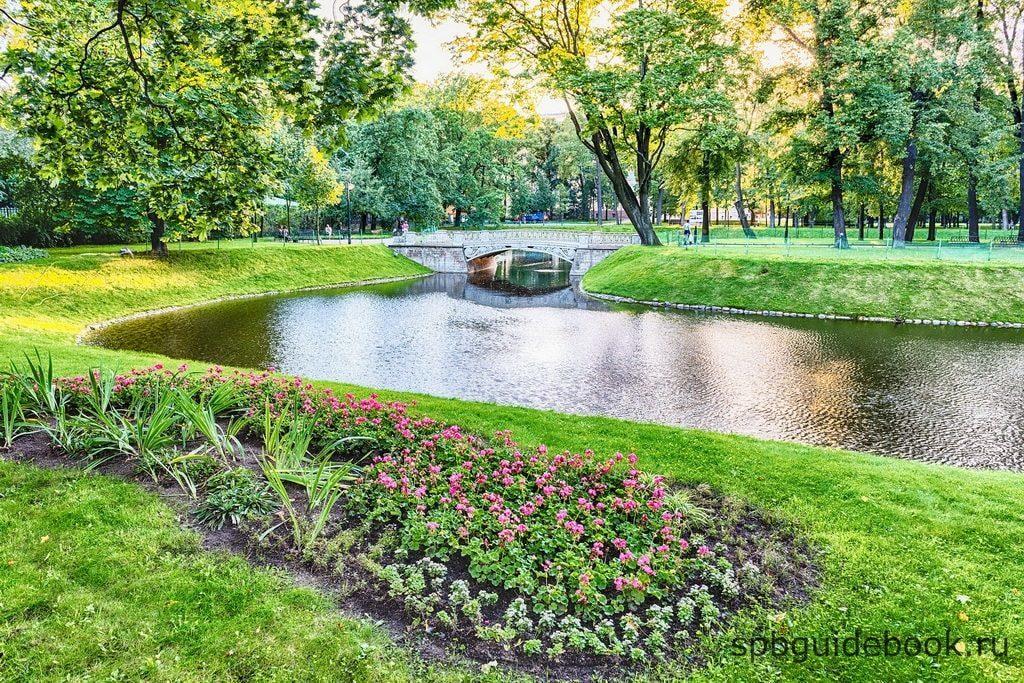 Фото Михайловского сада в Санкт-Петербурге.