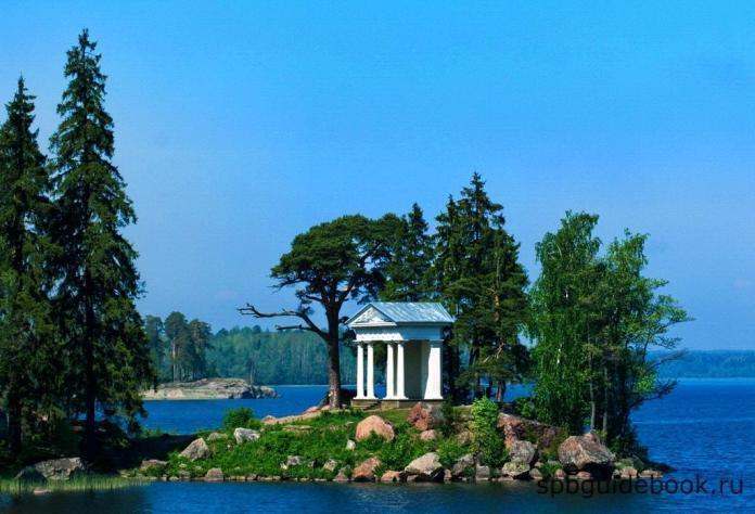 Храм Нептуна в парке