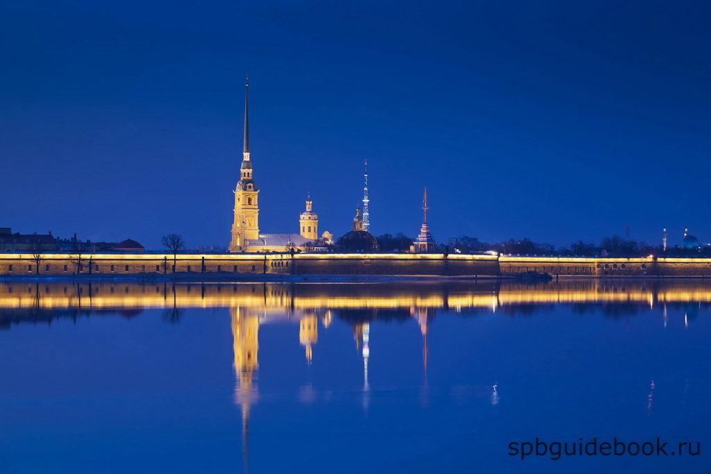 Фото Петропавловской крепости в ночное время - вид со стороны Невы.
