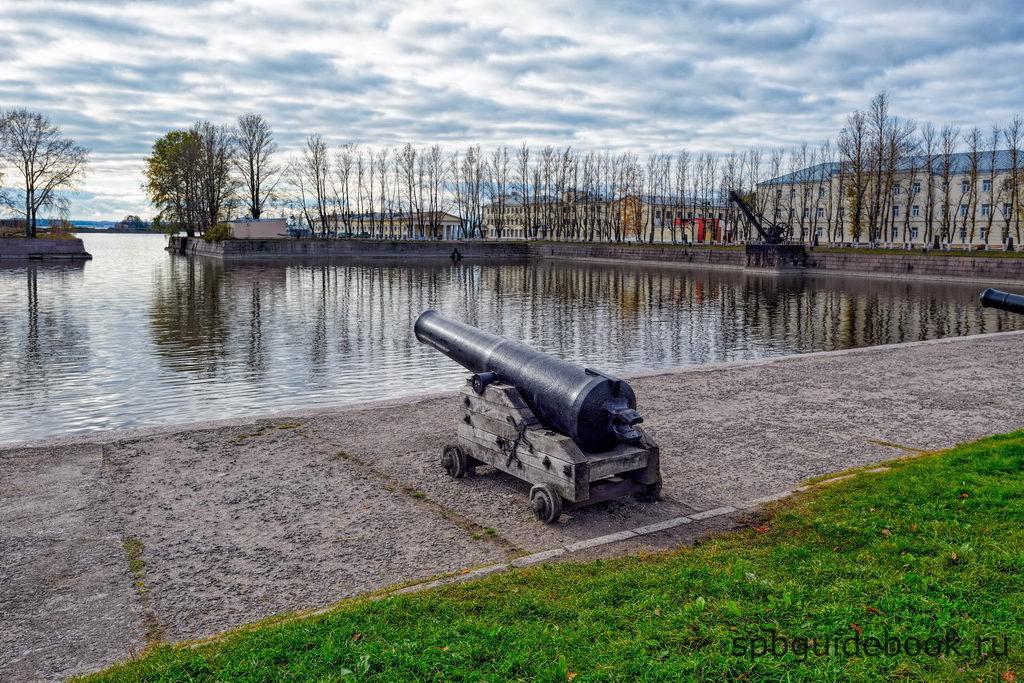 Пушки на набережной Итальянского пруда. Кронштадт.
