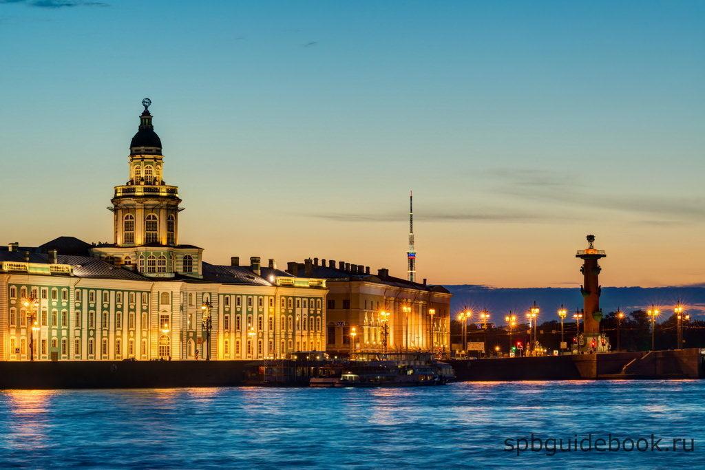Кунсткамера в Санкт-Петербурге. Вид со стороны Невы в вечернее время.