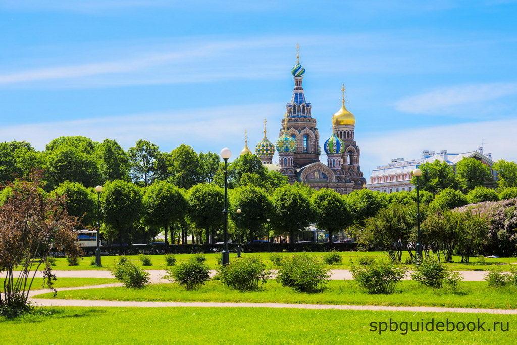 Вид на Храм Спаса на Крови со стороны парка Марсово поле в Санкт-Петербурге.