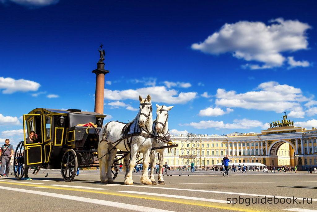 Фото конного экипажа на Дворцовой площади в Санкт-Петербурге.
