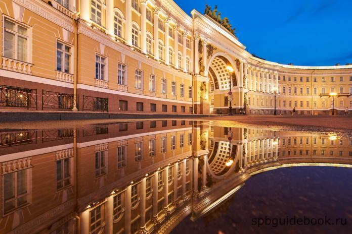 Фото Главного штаба и Триумфальной арки на Дворцовой площади в ночное время.
