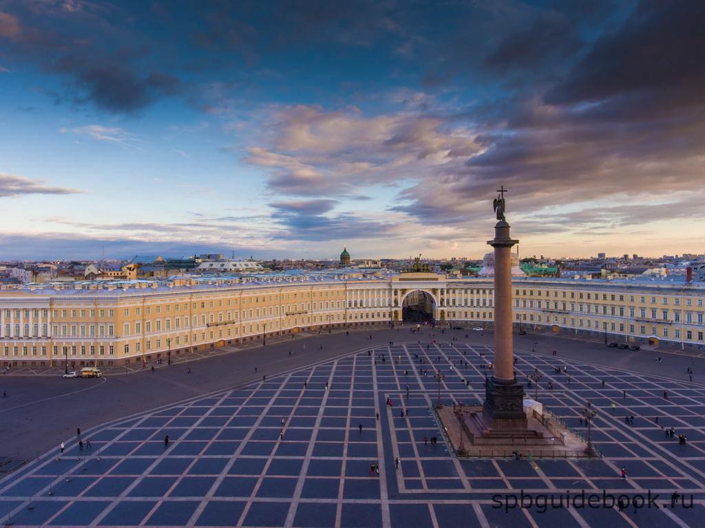 Дворцовая площадь, Александровская колонна и Главный штаб в Санкт-Петербурге.