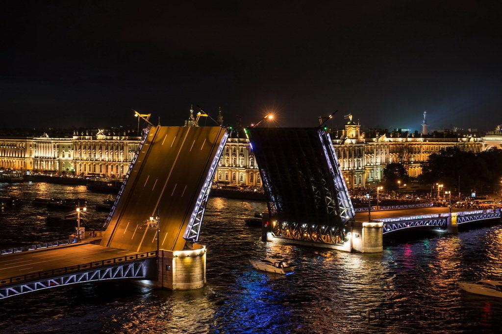 Фото разведенного Дворцового моста и Эрмитажа в Санкт-Петербурге ночью.
