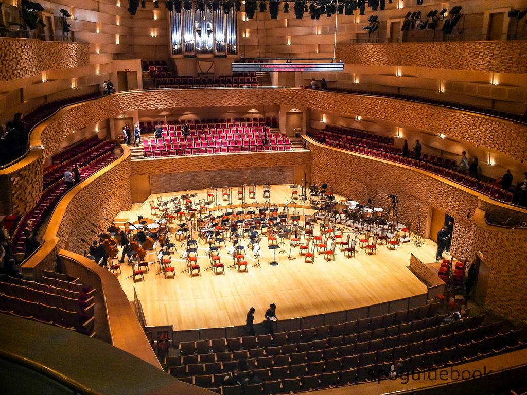 Фото сцены концертного зала Мариинского театра в Санкт-Петербурге.