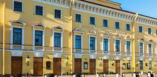 Фото фасада здания Михайловского театра в Санкт-Петербурге.