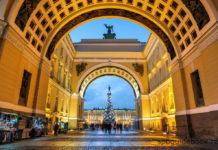 Фото Триумфальной арки, соединяющей Невский проспект и Дворцовую площадь в Санкт-Петербурге.