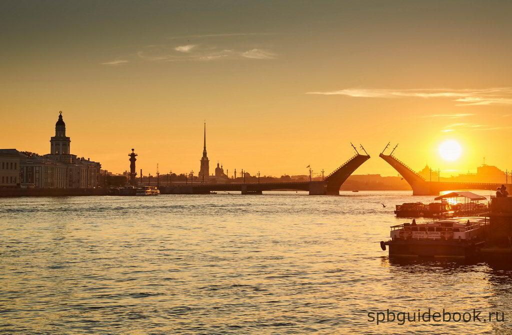 Фото Дворцового моста в Санкт-Петербурге на рассвете.