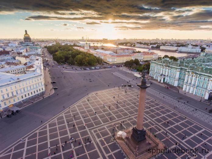 Дворцовая площадь и Александровская колонна: фото с высоты птичьего полета.