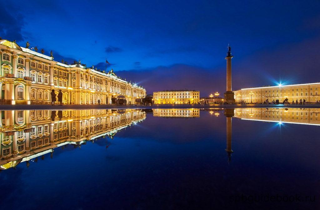 Фото Дворцовой площади в Санкт-Петербурге в ночное время.