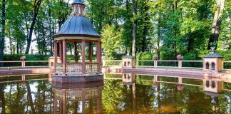 Парк Летний сад в Санкт-Петербурге. Фото беседки в Менажерийном пруду.