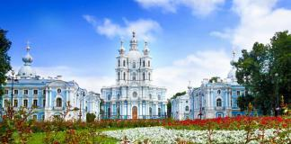 Фото фасада здания Смольного собора в Санкт-Петербурге.