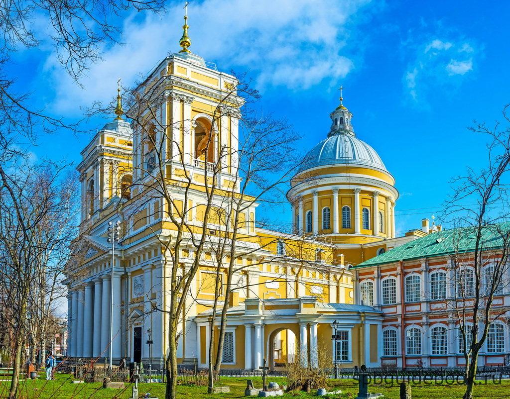 Фото Троицкого собора Александро-Невской лавры в Санкт-Петербурге.