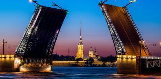 Фото разведенного Дворцового моста и Петропавловской крепости в Санкт-Петербурге ночью.