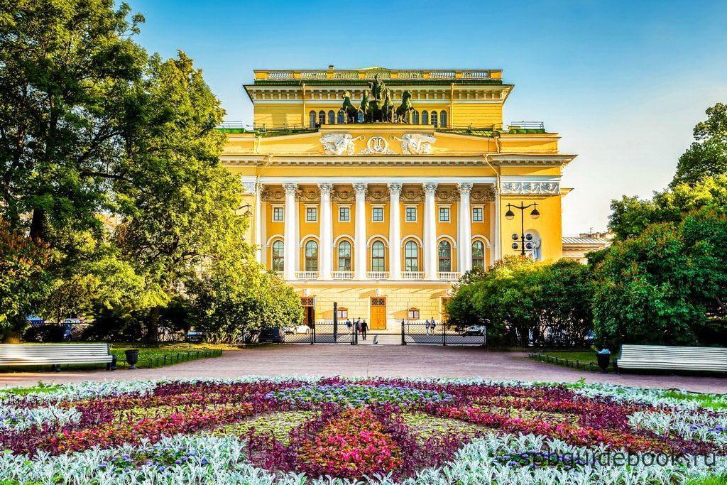 Фото фасада здания Александринского театра в Санкт-Петербурге.