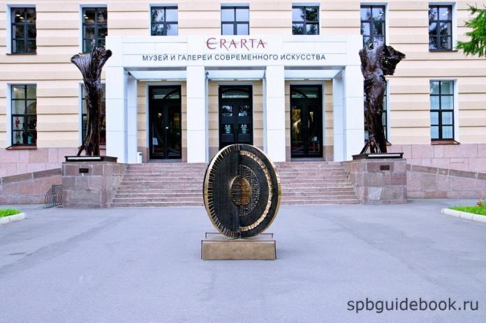 Фото фасада здания музея современного искусства Эрарта в Санкт-Петербурге.