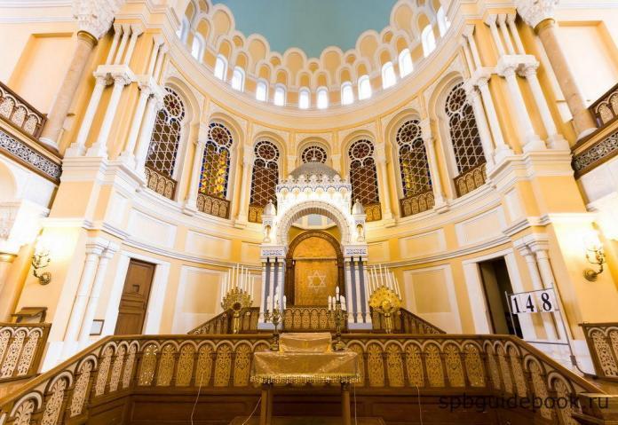 Фото интерьера Большой Хоральной Синагоги в Санкт-Петербурге.