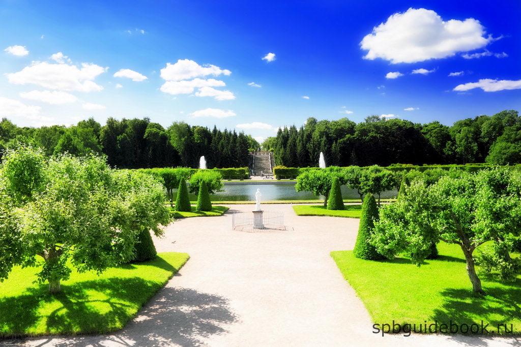 Фото западной части Нижнего парка в Петергофе.